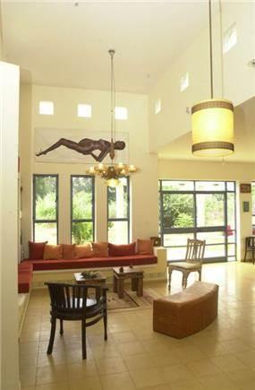 פינת ישיבה מוארת עם תקרה גבוהה בשילוב סגנונות - אבי שטרנפלד אדריכלים