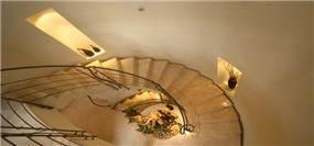 מדרגות מעוקלות עם נישות גבס - אורנה גבעון - אדריכלות ועיצוב פנים