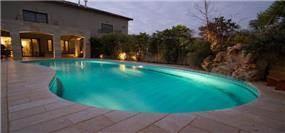 בריכה פרטית א-סימטרית עם חומה וצמחיה גבוהה בבית פרטי - אורנה גבעון - אדריכלות ועיצוב פנים