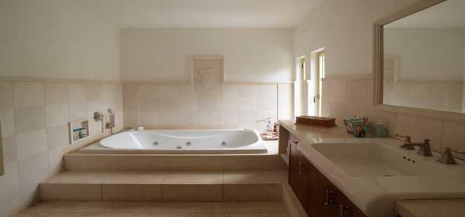 חדר רחצה בגוון בהיר משולב ג'קוזי על במה - אורנה גבעון - אדריכלות ועיצוב פנים