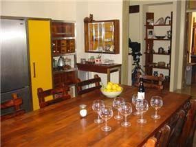 פינת אוכל ומטבח בסגנון כפרי עם נישות אחסון - אורנה גבעון, אדריכלות ועיצוב פנים