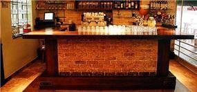 בר משקאות מלבני מרוצף לבנים - אורנה גבעון, אדריכלות ועיצוב פנים