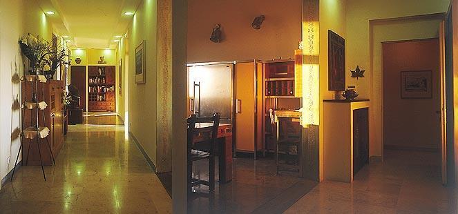 מטבח וכניסה לבית בסגנון כפרי בצבעים חמים - אורנה גבעון - אדריכלות ועיצוב פנים