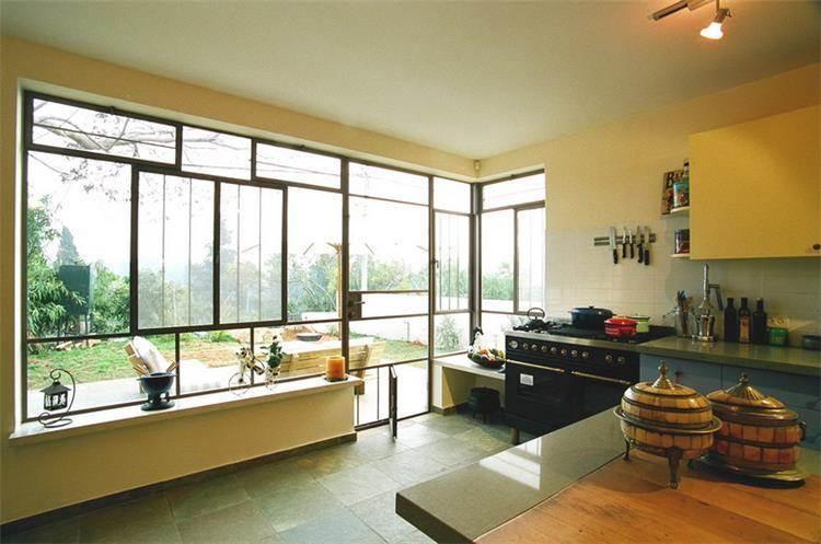 מטבח מודרני מואר עם קיר זכוכית- אורלי ערן, אדריכלות ועיצוב פנים