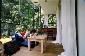 מרפסת שמש עם וטרינות בסגנון ישיבה נמוך - אורלי ערן, אדריכלות ועיצוב פנים