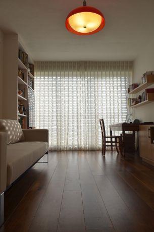 פינת עבודה משולבת בחדר אורחים Gilad Interior Design