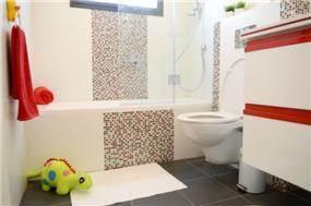 חדר אמבטיה לילדים בעיצוב: Gilad Interior Design