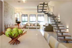 מבט מפינת האוכל לסלון בעיצובו של Gilad Interior Design
