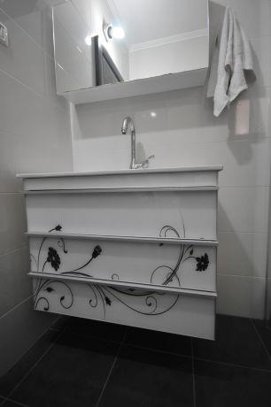 חדר אמבטיה במיני פנטהאוז בעיצובה של חלימה שעיב