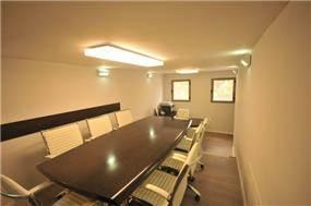 חדר ישיבות במשרד תיווך, בעיצובה של חלימה שעיב