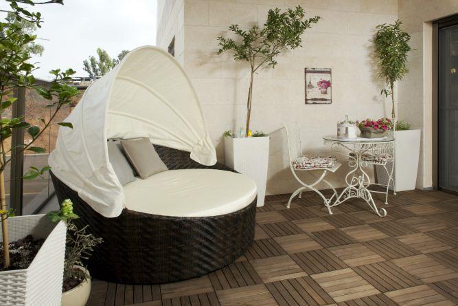 המרפסת שיוצאת מהסלון, בעיצוב מירב שלום
