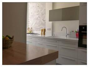 מטבח בדירה ישנה ששופצה מהיסוד, בעיצוב מירב שלום