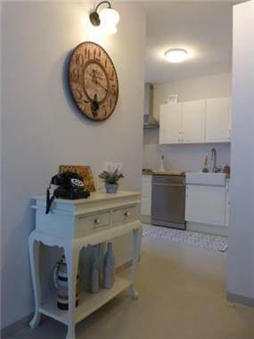 מבט מהמבואה אל המטבח, בעיצוב מירב שלום