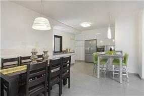 מבט אל המטבח באזורי חן-עיצוב ליאת הראל