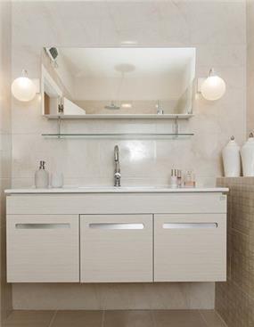 מקלחת לבנה בבית בהרצליה-עיצוב ליאת הראל