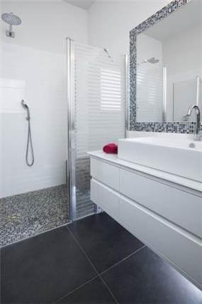 חדר אמבטיה בהוד השרון בעיצובה של ליאת הראל