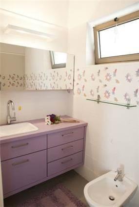 חדר אמבטיה סגול בבת ים-עיצוב ליאת הראל
