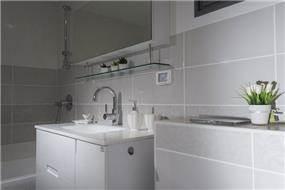 חדר אמבטיה לבן- עיצוב ליאת הראל