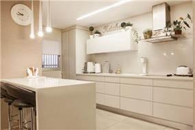 מטבח לבן בעיצובה של אלקה רימר