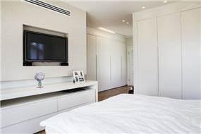 חדר שינה לבן בעיצובה של אלקה רימר