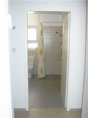 פתח כניסה רחבה לחדר רחצה יחד עם מרחב תמרון המאפשר נגישותמטבח פונקציונאלי - דירה נגישה