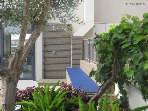 """מקלחת חיצונית בדירת גג בתל אביב, בעיצוב כרכום עיצוב נוף בע""""מ"""