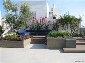 """סלון חיצוני בדירת גג, בעיצוב כרכום עיצוב נוף בע""""מ"""
