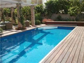 בריכת שחיה בגינה בעיצוב רויטל לוריא
