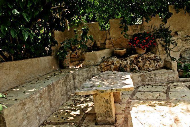 פינת ישיבה בגינה, בעיצוב גינות פרובנס