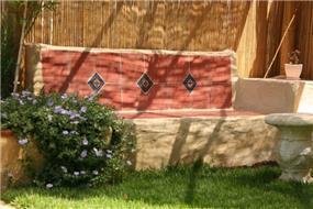 ספסל ישיבה בגינה בעיצוב גינות פרובנס