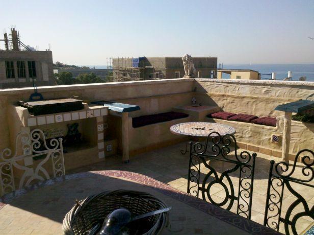 פינת ישיבה בנוייה במרפסת, בעיצוב גינות פרובנס