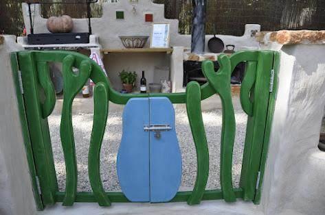 שער בעבודת עץ בעיצוב גינות פרובנס