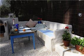 פינת ישיבה בגינה בעיצוב גינות פרובנס