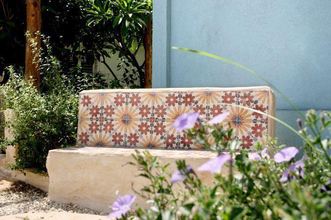 ספסל בבית הכחול, בעיצוב גינות פרובנס
