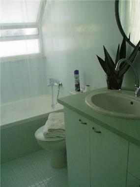 אמבטיה מרגיעה שהכל בה בגוון טורקיז בהיר ומימי