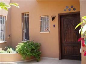 דלת כניסה בסגנון מרוקאי משולבת בבית בקו נקי וחם