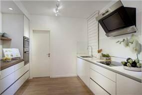 מטבח בסגנון מודרני בשילוב עץ לאווירה ביתית, בעיצוב or-tal עיצוב ותכנון פנים