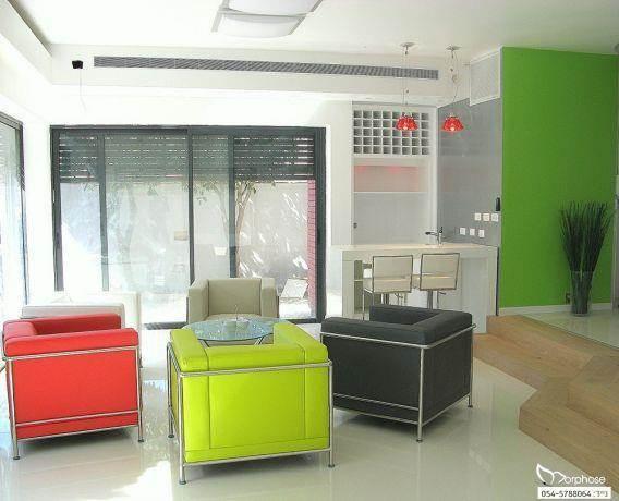 חלל סלון מודרני בצבעים, בעיצוב סטודיו מורפוז