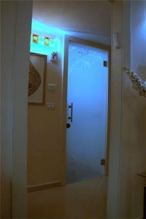 דלת חדר רחצה - איריס גוזמן