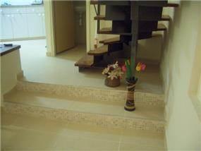 מדרגות העץ - איריס גוזמן