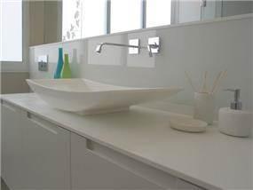 חדר אמבטיה לבן - אטלס+דרור- סטודיו לאדריכלות ועיצוב