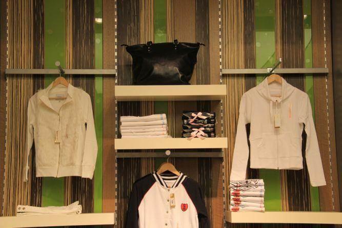 עיצוב רשת חנויות סקטור טאון- סניף קניון ארנה. מודרני, צעיר וקליל . אטלס-דרור אדריכלות ועיצוב