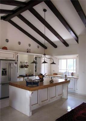 מבט למטבח עם נגיעות זהב, מירי גור אדריכלות ועיצוב פנים.