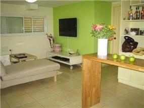 מרתף שעוצב לדירה מבט לסלון, מירי גור