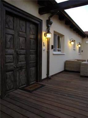 מבט כניסה לבית, מירי גור