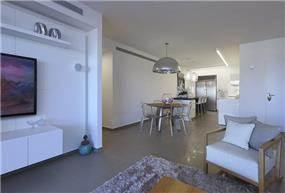 מבט מהסלון למטבח עם קיר הטלווזיה, טלי מאיר פיק