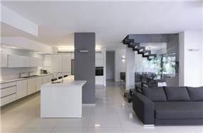 סלון ומטבח בבית פרטי בנוף אילון, טלי מאיר פיק