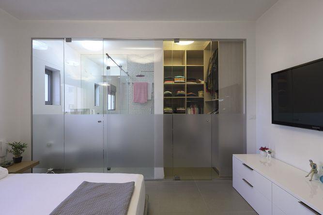 קיר זכוכית חדר רחצה הורים, טלי מאיר םיק