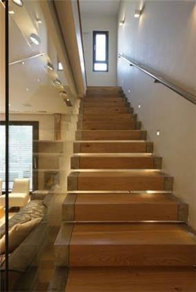 גרם מדרגות עץ עם מחיצת זכוכית, טלי מאיר פיק