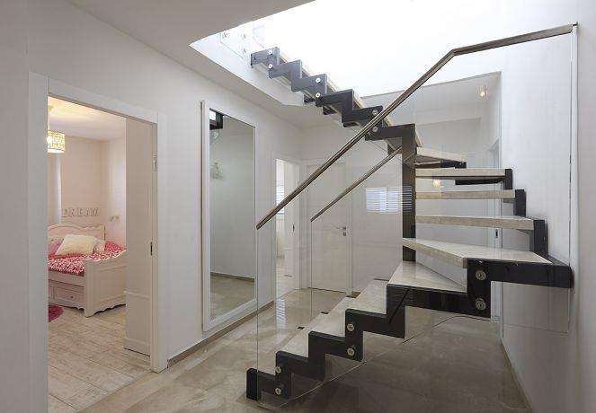 מדרגות לקומה שנייה בפנטהאוז, טלי מאיר פיק
